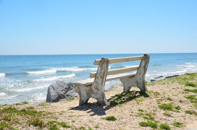Meer und Strand mit Bank