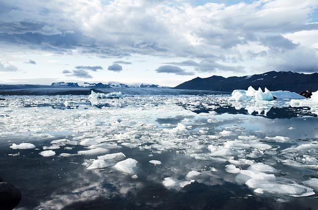 Meer mit Eisschollen und Eisbergen