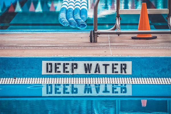 Tauchrekorde - Schwimmbecken mit Schild Deep Water