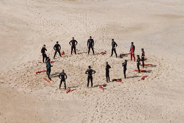 Tauchabzeichen Gruppe von Tauchschülern am Strand